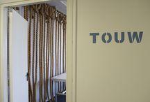 Touw / In de Touw ligt de nadruk op de historie van het naburige plaatsje Oudewater. Achterin deze ruimte hangen touwen die geproduceerd zijn in het bijzondere bedrijf G. van der Lee. De touwen zorgen voor een mooie uitstraling en een goede akoestiek. Touw biedt ruimte aan maximaal 60 personen en beschikt standaard over beamer, scherm, geluid en een flip-over.