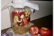 Turşu-reçel / Mevsimlik Tuzsuz Turşu Malzemeler:  1 küçük boy lahana  2 adet orta boy kuru soğan  300 gr havuç  İsteğe göre bir miktar pancar veya kara lahana  7 Diş sarımsak  3 Yemek Kaşığı zeytinyağı  Yarım çay kaşığı elma sirkesi  3 Yemek kaşığı Limon suyu  4-5 adet nohut  Bir tatlı kaşığı biberiye  2 yemek kaşığı şeker ( isteğe göre )  Yapılışı:  Lahana ince ince kıyılarak bir tencere veya kap içine alınır, pancar ve havuç soyulur, biraz iri oranda rende ile rendelenir. Soğanlar ince dilim şeklinde dilimlenir ve sarımsaklar dövülür, zeytinyağı, tuz ve sirke ile birlikte tüm malzemeler kaba alınır ve iyice yoğrulur. Tencere kapağı ters vaziyette konur ve hava almaması için kapak boşluğuna ağırlık konur  ( 5 lt'lik su veya taş ), bu vaziyette üç gün bekletilir. Yaklaşık 3-4 gün sonra turşu hazır kıvama gelmiştir. Her türlü yemeğin yanında güzel gidecek tuzsuz, sağlıklı bir turşudur.