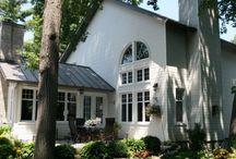 Maison Roxboro / Cette maison de style Cape Cod est située à Roxboro sur l'Île de Montréal.  Dotée d'une décoration magnifique et d'un vaste terrain, elle saura répondre à vos besoins pour tous types de tournages cinématographiques et télévisuels.  Très vaste, elle propose une variété complète d'atmosphères rappelant les propriétés de la côte Est des États-Unis.  http://www.aspaces.ca/espace/maison-roxboro/