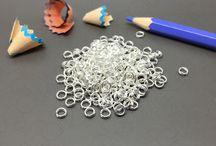 Minuteria Argento / Una ricca photogallery dedicata alla minuteria in argento: anellini, chiusure, portapendenti, scatoline e tante altre soluzioni per creativi.
