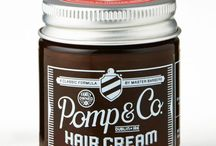 Pomp & Co. / Pomp & Co to irlandzka marka założona przez dwóch braci, których poza więzami rodzinnymi, połączyła miłość do barberingu. Pomady wytwarzane przez tę markę, bazują na starannie wybranych składnikach, które sprawdzają się doskonale na każdych włosach. Pomp & Co to coś więcej niż zwykła pomada. To prawdziwe, rodzinne rzemiosło połączone z bogatą barberską wiedzą, która przekazywana jest z pokolenia na pokolenie.