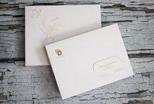 NOWOŚĆ ! Pudełka na zdjęcia - www.dex-druk.pl - / NOWOŚĆ ! Pudełka na zdjęcia - 15 x 21 cm, wykonane z ozdobnego papieru o fakturze płótna, kolor biały. Do samodzielnego złożenia.  Wykonujemy również wizytówki grawerowane w papierze pasujące to pudełka. Dostępne kolory: biały (płótno), bordowy i granatowy (o fakturze skóry). info@dex-druk.pl  www.dex-druk.pl  www.drukimedyczne.pl