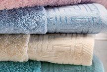 VERA / Ručníky a osušky VERA, vhodné pro všechny v celé paletě kouzelných 12ti barev a geometrických vzorů Versace. Zažijte pocit barev, které si vyberete dle vaší nálady do koupelny nebo k županu.