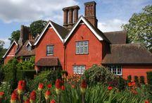 East Anglia en het vlakke platteland / Alhoewel het platteland relatief vlak is, oefent het terdege een onbestemde schoonheid uit. Net als de havens werd dit door vele schilders als Constable vastgelegd en datzelfde landschap is nog steeds terug te vinden in Norfolk, Suffolk en Essex. Ook de tuinen die in dit landschap verborgen zijn, bezitten die schoonheid, met dank aan het dikwijls 'geleende landschap' als decor. Helmingham Hall kent een geschiedenis die vele eeuwen beslaat, Elsing Hall, bedolven onder de klimrozen.