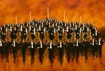 Orquestas - Adolfo Sayago / La serie Orquestas irrumpe con la fuerza y el color del primer movimiento de una sinfonía de Beethoven. Tiene la vida y la juventud del allegro de una sonata de Mozart. Y trasmite la romántica calidez de un concierto para piano de Shumann. No obstante ello, el público elegirá con absoluta libertad al compositor y la melodía que los cuadros de Orquestas traigan a sus oídos. De Vivaldi a Piazzolla. De Rodrigo a Gershwin.