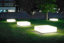 bancos de praça com iluminação