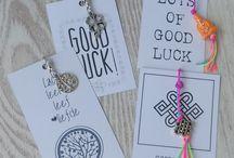 Gelukskaartjes / Klein kaartje met leuke tekstje en hangertje met bedeltje. Leuk om aan een cadeautje te bevestigen of bij een bosje bloemen te geven. Zo geef je elk cadeautje iets persoonlijks.