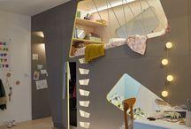 Créer deux chambres d'enfant dans une seule pièce / Vos deux enfants partagent une même chambre ? Avec cette cloison à alcôves abritant les lits, les rangements et même un bureau, chacun a son espace de jeu... et ses cachettes. Extrait du Guide Rénover & Construire 2017: https://www.leroymerlin.fr/v3/p/grands-guides-2017-l1500647619 #chambre #deco #decoration #aménagement #enfants #cabane