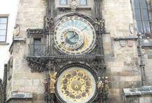 Relógios e Minaretes /  Torres onde são feitas  chamadas para as cinco orações. E os relógios relógios  de sol, clepsidras, ampulhetas, a relojoaria mecânica - da de torre à de pulso - são instrumentos que acompanharam a  Humanidade através da realidade mais invisível e, no entanto, mais mensurável.Os relógios, me instigam eu não os concebo, não compreendo tamanha engrenagem ,são lindos,  ,elevam-se em torres de Igrejas em minaretes, eu os amo.