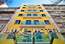 LUXE HOTEL by turim hotéis / Se os bons perfumes vêm em frascos pequenos neste caso, o Luxe Hotel enquadra-se perfeitamente nesta analogia. É a mais pequena unidade do Grupo, mas nem por isso deixa de ser um luxuoso e confortável hotel, munido de todas as facilidades que lhe proporcionarão a estadia perfeita, a um preço fantástico, no centro da Cidade.   O Hotel dispõe de 50 sofisticados quartos, equipados com todas as facilidades.   O Spot Bar funciona 24 horas por dia para o servir, sempre que assim o desejar.