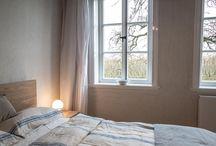 Welle8: Gästezimmer - Haus EG / Grundfläche: 3,6 x 3,5m  Deckenhöhe: 3,1m  Besonderheiten: Eichendielen, sandgestrahlte Holzdecke, zwei Sprossenfenster nach Süden, antike Zimmertüren und Fensterbekleidungen.  http://welle8.com/