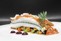 Pescados / En Quinta los Rosales nos esforzamos tanto por la calidad como por la presentación, imagen y textura en cada plato. Prueba de ello os lo mostramos con algunos de nuestros platos de Pescado para la elección de el Menú de Boda.