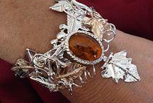 La perle d'ambre - Les talismans / Les talismans sont ce qui permet aux humains de canaliser et d'utiliser la magie. En général, un talisman prend la forme d'un bijou, afin d'être porté discrètement.  Talismans are what unable humans to channel and use magic. Generally they are shaped like jewels, to be discretelly worn all the time