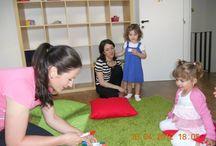 English Lessons / Metoda Helen Doron a fost dezvoltată și inițiată de Helen Doron, lingvist și educator, în 1985. Această metodă unică permite copiilor ca începând cu vârsta de trei luni să învețe engleza precum învață limba maternă - prin ascultare repetată și încurajare.