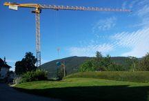 La grue du chantier du Domaine de le Source à Villard de Lans / C'est une grue qui travaille à l'envers puisque le chantier se trouve en contrebas.