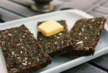 Rugbrød  dansk  tekst / Rugbrød  mørkt og fast (surdejs)brød med et stort indhold af rugmel skæres typisk i tynde skiver og bruges til smørrebrød  groft rugbrød    rugbrød med stort indhold af uformalede rugkerner  lyst rugbrød    rugbrød med et højt indhold af fint, sigtet rug- og hvedemel  mørkt rugbrød    den almindeligste rugbrødstype, der har et højt indhold af rugmel og er tilsat hvedemel