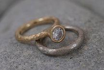 Wedding/Engagement / Vigselringar, förlovningsringar i fairtrade eller återvunnet guld och etiskt utvunna diamanter. Fairmined or recycled gold and fairmined diamonds.