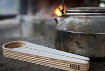 Hile Design at House of Bæk & Kvist  - www.houseofbk.com / Hile Design er lavet i Finland og er fremstillet ved hjælp af både moderne såvel som traditionelle snedker teknikker.   Vedligeholdelsen er også enkel, da produkter fra Hile Design bare skal tørres af med en fugtig klud og læges til tørre fra tid til anden. En gang hvert andet år kan de så få nyt liv ved at give den et lag træolie og herved kan skeen bruges igennem generationer. Shop #Hile #design at #housofbk  - www.houseofbk.com