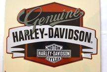 Harley Davidson chez Fou du Volanr / Déco Biker américain avec ces plaques illuqtrés sur tôle embossée Harley