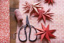 Basteln zu Weihnachten / Fröbelsterne und Anhänger aus kleinen Stickrahmen für den Weihnachtsbaum, eine Girlande aus Modelliermasse, Papiertannen für die Festtagstafel: Weihnachtsdeko ist dann am schönsten, wenn sie selbst gemacht ist. Mit unseren Anleitungen bastelt ihr kleine Schmuckstücke aus Papier, Holz und Kupferdraht.