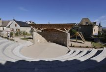 Aumont-Aubrac / Aumont-Aubrac, ce village étape est situé au nord-ouest du département de la Lozère, aux confins des pittoresques monts granitiques de la Margeride et des immenses plateaux basaltiques de l'Aubrac.