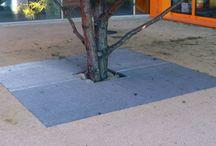 Landschaftsbausysteme, Stadtmobiliar, Landscamping, street furniture / Für eine attraktive Landschaftsplanung bietet Thieme neben den klassischen Elementen auch ein umfangreiches Portfolio an Pflanzgefäßen, Hochbeeteinfassungen, Baumschutzgittern und Zaunanlagen. In Sitz- und Ruhezonen, entlang öffentlicher Wege und in Parkanlagen können Grün- und Blühpflanzen mit den Pflanzgefäßen und Hochbeeteinfassungen von Thieme auf attraktive Weise integriert werden. Die vielfältigen Baumschutzgitter von Thieme schützen Bäume effektiv vor Beschädigungen.