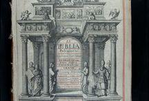 Biblia sacra polyglotta : complectentia textus originales,... [07 XVII-6440; 07 XVII-6441; ...] / Es considera la Bíblia més important autoritzada de totes les poliglotes. Coneguda com la poliglota de Walton (pel seu editor Brian Walton) o bé la poliglota de Londres, el seu text és superior, des del punt de vista científic i filològic, a les bíblies que la precediren i inclou, per primer cop, el Psaltiri, el Càntic dels Càntics i el Nou Testament en llengua etiòpica, així com els evangelis en persa.