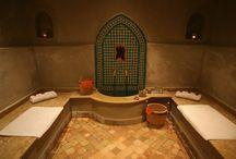 spa espace detente du Riad Anyssates / Le bain de vapeur est toujours un grand moment de détente qui procure une délicieuse sensation de bien être. C'est un moment de relaxation, de détente alliant les plus anciens rites de beauté aux techniques modernes. Notre espace hammam vous offre des formules de soins, de massages, de gommage dans l'ambiance des rituels orientaux.
