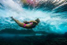 Sarah Lee / Γεννήθηκε και μεγάλωσε στο Kona, στη Χαβάη, σε μια φυτεία καφέ, σε μια καθαρή και αμόλυντη ατμόσφαιρα, ανάμεσα στην άμμο και το σέρφινγκ. Ήξερε τον κόσμο της κολύμβησης ως επαγγελματία κολυμβητή. Παρά τα πολλά του ταξίδια σε όλο τον κόσμο, δεν έχει αφήσει ποτέ τη Χαβάη, βρίσκοντας αυτό το μέρος ως οικεία φωλιά, το χώρο διαβίωσης και την πηγή έμπνευσης. Η Σάρα πιστεύει ότι το νερό κρύβει τις αναμνήσεις και τα ένστικτα του βαθύτερου ανθρώπου.