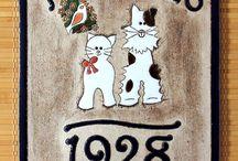 Cedulky na dveře z keramiky - www.keramika-dum.cz / Originální keramická domovní znamení a cedulky na dveře s ručně rytými a malovanými motivy. Výběr z připravených motivů a výroba motivů na zakázku dle přání zákazníka.