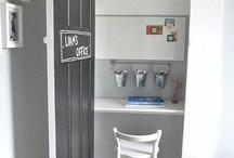 Un petit bureau dans un coin de chambre