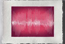 Linea Vox  il quadro che si ammira e si ascolta / Le parole ed i suoni che non vuoi dimenticare diventano arte. Un quadro bello da vedere ed emozionante da ascoltare realizzato utilizzando carta fatta a mano foglio per foglio con le stesse tecniche dei mastri cartai Fabrianesi del XIII secolo realizzata in aslusiva dal mastro cartaio Sandro Tiberi di Fabriano. Per saperne di più e per ascoltare il quadro www.mementoarte.com - info@mementoarte.com