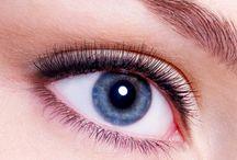 Makijaż permanentny oczu /  Zawsze wyraziste spojrzenie  Jeżeli nie wyobrażasz sobie makijażu bez kreski na górnej i dolnej powiece, powinnaś pomyśleć o posiadaniu jej na stałe. Zaoszczędzisz na czasie w codziennym makijażu i zyskasz idealny rysunek, którego nie sposób wykonać samodzielnie. Ale przede wszystkim Twoje oczy będą wyglądać pięknie w sytuacjach, które nie sprzyjają posiadaniu makijażu, na przykład na basenie czy w łóżku.