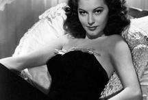 """Ava Gadner / Conocida como """"el animal más bello del mundo"""", nació en 1922 y vivió con tanta intensidad que pronto agotó su salud y su belleza y cayó en el olvido hacia los años 60, tras separarse de su tercer marido -y su gran amor-, Frank Sinatra. Ava siempre será uno de los mitos eróticos más importantes de la historia del cine. """"Forajidos"""", """"Mogambo"""", """"La condesa descalza"""" o """"55 días en Pekín"""" te servirán para recordar su belleza eterna y su salvaje atractivo."""