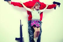 Artista: Erik Ravelo / De una forma muy particular, Erik crucifica a niños en sus imágenes utilizando como metáfora la cruz personal de muchos niños maltratados en el mundo: la prostitución infantil en Tailandia, el tráfico de órganos en Brasil y otros muchos países, la pedofilia de la Iglesia, la guerra de Siria, la libertad de tenencia de armas en Estados Unidos, la obesidad provocada por grandes cadenas de comida rápida y los desastres nucleares como el reciente de Fukushima