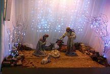 Lavori di Natale / Realizzato con una elegante natività, tulle e rami secchi illuminati.