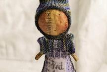 HANDWERK Julie ARKELL  / Papier maché + wol/textiel en tekst konijntjes etc / by Driessens Mieke