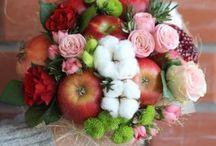 букет из цветов фруктов