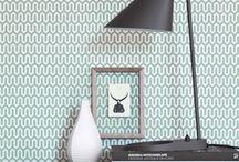 """Boras Tapeten / Boras Tapeter ist der führende Tapetenhersteller Skandinaviens. Im hauseigenen Designstudio arbeiten mit Ulrica Hurtig, Lisa Vilhelmson und Sissa Sundling Designerinnen mit ganz unterschiedlichen Ansätzen und Vorlieben. Boras Tapeter bietet nicht nur strenge, minimalistische Muster, sondern hat """"maximalistische"""" Kollektionen – wie der Hersteller sie selbst nennt – im Programm. Sie sorgen für einen dramatischen Look – egal ob sie nur auf einer Teilfläche oder der gesamten Wand zum Einsatz kommen."""