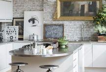 cegła dekoracyjna / Cegła dekoracyjna to dodatek, który szczególnie sprawdza się w stylu industrialnym - chłodnym, surowym i fabrycznym. Ten materiał idealnie wkomponuje się także w skandynawskie wnętrze, jednak w tym przypadku warto wykorzystać cegłę bieloną. Wnętrze wyposażone w cegłę dekoracyjną staje się przytulne i stylowe. Zobacz najlepsze aranżacje wnętrz z zastosowaniem tego dodatku!