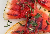 Chef's BBQ / In de maanden juni, juli en augustus organiseren wij geregeld een Chef's BBQ. Aan de hand van dit bord kunt u zien waar wij onze inspiratie vandaan hebben gehaald.