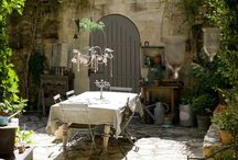 MEET ME IN THE COURTYARD / small space inspiration