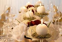 """Gold-weiße Hochzeitsdeko / Die Tischdekoration """"Gold-Weiß"""" beinhaltet zarte Dekoelemente mit prunkvollem Goldschimmer. Schimmernde Nuggets runden diese Deko ab und verleihen der Hochzeit einen besonderen Glanz. Alle Deko Artikel sind unter meine-hochzeitsdeko.de bestellbar."""