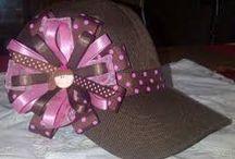 Gorras decoradas con moños.