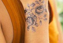 Tatouages poignet / Laissez-vous inspirer par notre sélection de tattoos féminins et tendances. Faciles à porter, ils habillent les mains tout en discrétion.