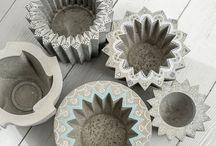 Affascinante calcestruzzo creativo! / Il calcestruzzo Kreativ è attualmente il materiale più alla moda. È uno speciale preparato in calcestruzzo ideale per colate di vari oggetti decorativi. Il calcestruzzo Kreativ è estremamente versatile e può essere lavorato molto facilmente.