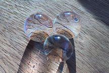 Vandperler / Vandperler er små kugler der efter 6 timer i vand vokster til 200 gange den oprindelige størrelse - fra knappenålshoved til glaskugle. 10 gram vandperler bliver til 1 liter smuk dekoration. Køb dem på www.aquaperler.dk