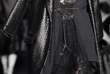 Noir inspiration / Juwelo s'inspire du monde de la mode pour vous proposer des bijoux en or et en argent sertis de pierres fines et précieuses véritables qui s'accorderont à vos plus belles tenues de couleur noire.