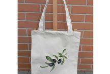 Torby ręcznie malowane / Każda torba to praktyczny, ale również estetyczny i oryginalny drobiazg, który świetnie sprawdzi się w roli upominku od serca. Dochód ze sprzedaży przeznaczony jest na wsparcie osób niepełnosprawnych.