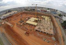 """Z cyklu """"ULMA na świecie"""": Kompleks biurowo-handlowy w Brasilii. / W stolicy Brazylii powstaje zespół budynków biurowo-handlowych o powierzchni użytkowej 140 tys. m2. Na terenie inwestycji znajdzie się ponad 1300 pomieszczeń, wśród nich biura i sale konferencyjne oraz blisko 100 sklepów i ponad 20 restauracji. Dostawcą systemów deskowań i rusztowań na tę budowę jest firma ULMA Brasil - Fôrmas e Escoramentos Ltda."""